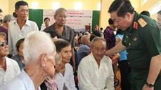 Ban Tổ chức Liên hoan Truyền hình toàn quân khám bệnh, cấp thuốc miễn phí, tặng quà các đối tượng chính sách trên địa bàn thành phố Cần Thơ