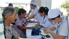 Bệnh viện Quân y 7A/Cục Hậu cần Quân khu 7 khám bệnh, cấp thuốc miễn phí và tặng quà các đối tượng chính sách tại huyện Châu Thành, tỉnh Tây Ninh