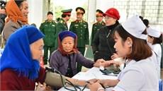 Bệnh viện Quân y 105/Tổng cục Hậu cần khám bệnh, cấp thuốc miễn phí và tặng quà các đối tượng chính sách tại huyện Quảng Uyên, tỉnh Cao Bằng