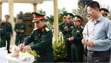 Bộ Quốc phòng dâng hương, dâng hoa viếng các anh hùng liệt sĩ tại  Nghĩa trang liệt sĩ huyện đảo Lý Sơn và tặng quà các gia đình chính sách