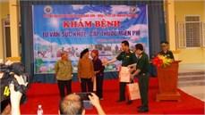 Bộ Chỉ huy BĐBP tỉnh Lạng Sơn phối hợp với Viện Y học cổ truyền Quân đội khám bệnh, cấp thuốc miễn phí và tặng quà đối tượng chính sách huyện Lộc Bình, tỉnh Lạng Sơn