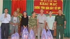 Tổng cục II/Bộ Quốc phòng khám bệnh, cấp thuốc miễn phí và tặng quà các đối tượng chính sách tại huyện Kỳ Sơn, tỉnh Nghệ An