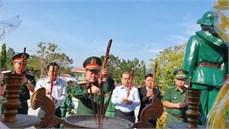Đoàn công tác Bộ Quốc phòng dâng hương tưởng niệm các anh hùng liệt sĩ và thăm, tặng quà các gia đình chính sách, người có công với cách mạng trên địa bàn huyện Tịnh Biên, tỉnh An Giang