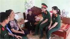 Ban CHQS quận Lê Chân/Bộ CHQS thành  phố Hải Phòng khám bệnh, cấp thuốc, tặng quà Bà mẹ Việt Nam anh hùng