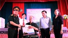 Đồng chí Đại tướng Ngô Xuân Lịch, Ủy viên Bộ Chính trị, Phó Bí thư Quân ủy Trung ương, Bộ trưởng Bộ Quốc phòng thăm, tặng quà Trung tâm Điều dưỡng thương binh Thuận Thành
