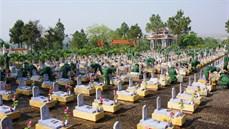 Cán bộ, chiến sĩ Sư đoàn 968/Quân khu 4 tổ chức chăm sóc các phần mộ và củng cố cảnh quan tại Nghĩa trang liệt sĩ Đường 9