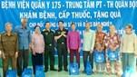 Bệnh viện Quân y 175 khám chữa bệnh, cấp thuốc miễn phí, tặng quà đối tượng chính sách tại huyện Tân Phú Đông, tỉnh Tiền Giang.