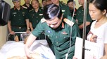 Thủ trưởng Bộ Quốc phòng thăm cán bộ Biên phòng bị thương trong khi thực hiện nhiệm vụ