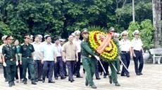 Đoàn công tác Quân chủng Hải quân dâng hương tưởng niệm các anh hùng liệt sĩ và tặng quà đối tượng chính sách trên địa bàn tỉnh Hà Giang